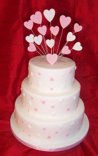 Už sa to kráááti... 30.9.2006 - takáto torta sa už vyrába, ale bez tých srdiečok... každé poschodie bude mať inú chuť, každý si príde na svoje