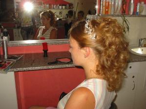 ještě musím dokoupit drobné kytičky na ozdobení... byla jsem se teď ještě trošku ostříhat a udělat melír, takže vlasy vzadu nebudou tolik bohaté a melírem budou hezky prosvětlené:)