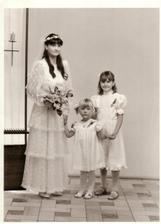 ta malá družička jsem já... na svatbě své sestřenice-byly mi ten den přesně 4roky:) Doufám, že i v sobotu budu tak kouzelná!!!:o)