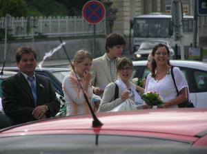 ráno-před odjezdem do kostela...naši krásní svatebčané :)))