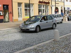 příjezd ke kostelu a mé krásně a jednoduše nazdobené auto:)