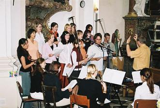 hranická schóla nám úžasně zpívala-segra s něma na naší svatbu nacvičovala dva měsíce