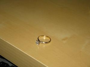 ...môj zásnubný prsteň...