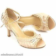 ...tieto botičky sa mi veľmi páčia, ale k tým šatám sa nehodia...:(..