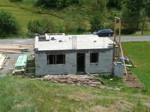 25.6. betonovanie; 2.7. dovoz dreva na krov