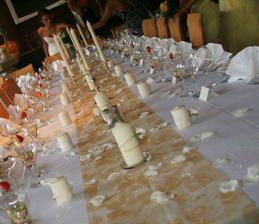 Podobná výzdoba stolů (do oranžova), jen méně svíček a více kytiček ;)