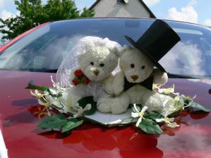 medvídci na autě nevěsty