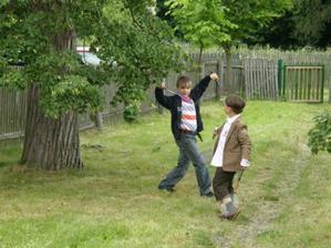 děti s badmintonem