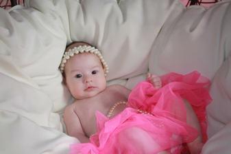 naše druhá princezna Julinka se narodila 18.2.2012 ve 22.12 hod 53cm a 3990 g