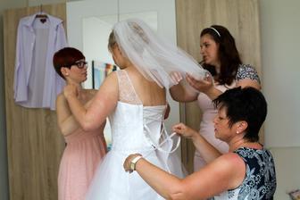 hlavně ty šaty pořádně zašněrovat, uff byla to dřina :-)