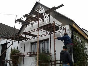 Zateplením se střecha zvedla.