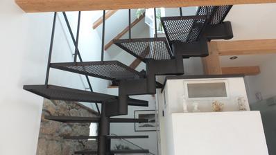 Železné schodiště nám moc vyhovuje.