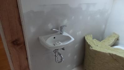 Malé umývátko na WC.