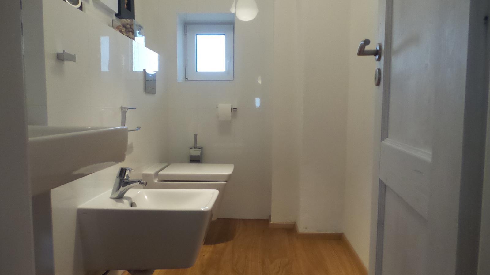 Bývalá kůlna. - Na WC máme sanitu Vitra s vyndávacím a samosklápěcím sedátkem.