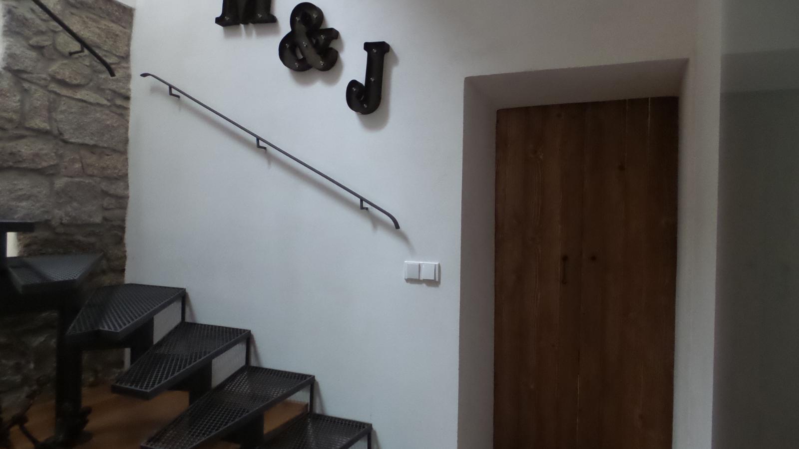 Bývalá kůlna. - Železné schodiště dělá někomu problém,my jej máme jako akupunkturu.Navíc nekloužou a nemusím je utírat.:-)