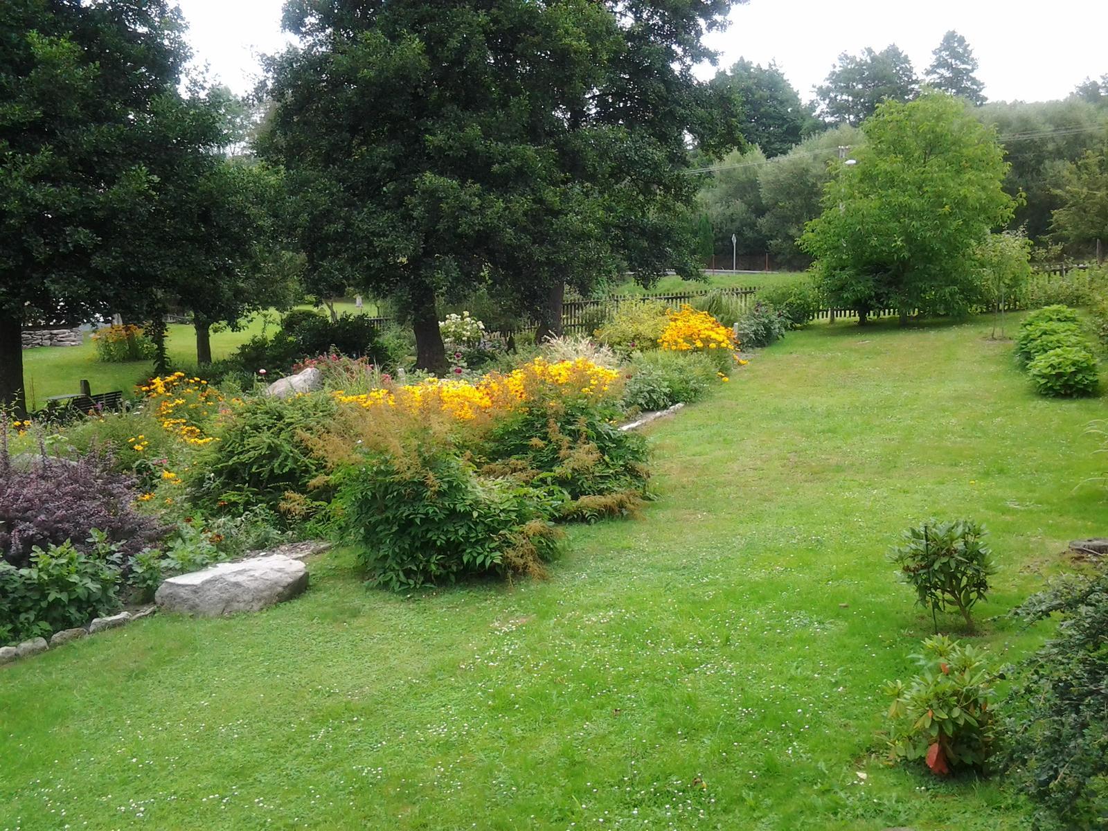 Jihočeská venkovská zahrada. - Tady už porostou jahody,jen okrasnou zahradu jsme vzdali.