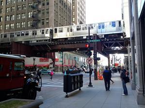 V centru města jezdí metro s příšerným rachotem nad hlavami lidí.