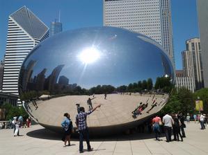 V Millenium parku nejznámější obrovská socha s českým názvem Fazole od britského architekta.