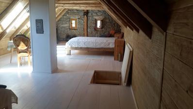 Rustik postel ze starých trámů.