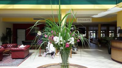 Protože potřebuji dostat výšku,musím doplňovat ozdobnicí,vázy jsou tak stále podobné.Dnes s floxy.
