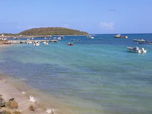 Neznámý ostrov v pozadí.