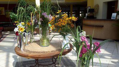 Všechny pohromadě,jen dvě vázy s gladioly už jsou na místě.