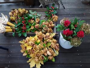 Toto na jídelní stoly,ještė 6 velkých váz převážně s hortenziemi a konečně konec.