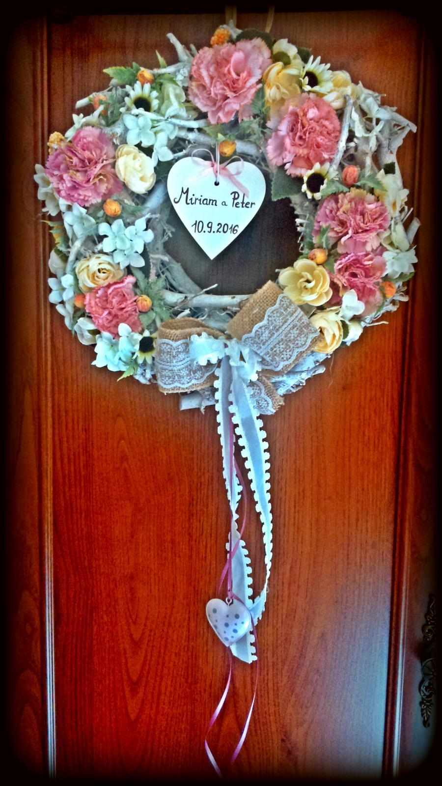 Naša malá letecká svadba ✈✈✈ <3 - Svadobný venček na dvere určite nesmie chýbať