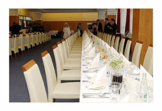 krásně nachystané stoly v Avanti