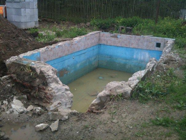 Pokračování našeho stavebního úsilí :)) - 17.5.rozbití původního bazénu je složitější,než jsme čekali, bagr to vzdal, musí dojet spešl stroj s kladivem..
