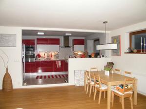 v kuchyni budou místo náhradních bílých skříněk prosklené, s vnitřním osvětlením
