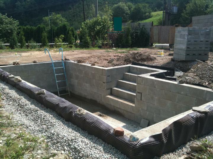 Pokračování našeho stavebního úsilí :)) - hotovo, vyzděno..