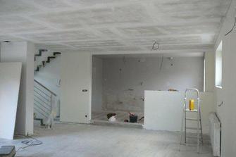jdeme malovat..kuchyň na šedou, obývák na slonovinovou kost:)