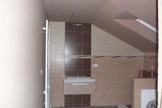 Horní koupelna začíná taky vypadat k světu:)