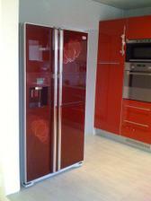 Lednice dolaďuje červenou kuchyň a je samostatný solitér