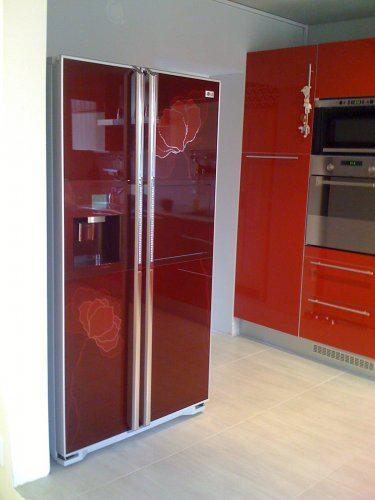 Pokračování našeho stavebního úsilí :)) - Lednice dolaďuje červenou kuchyň a je samostatný solitér