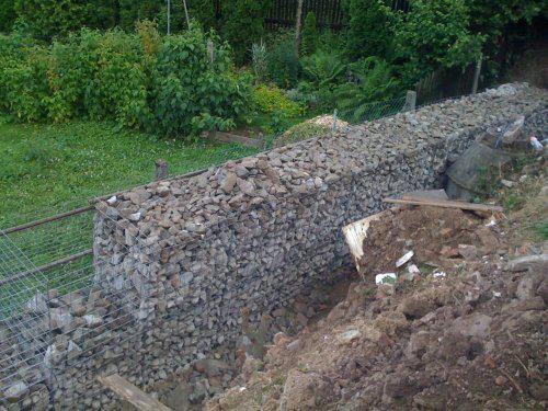 Pokračování našeho stavebního úsilí :)) - Stavíme gabionovou opěrnou zeď. tady je jasně vidět, co je sousedovo a co naše..:(