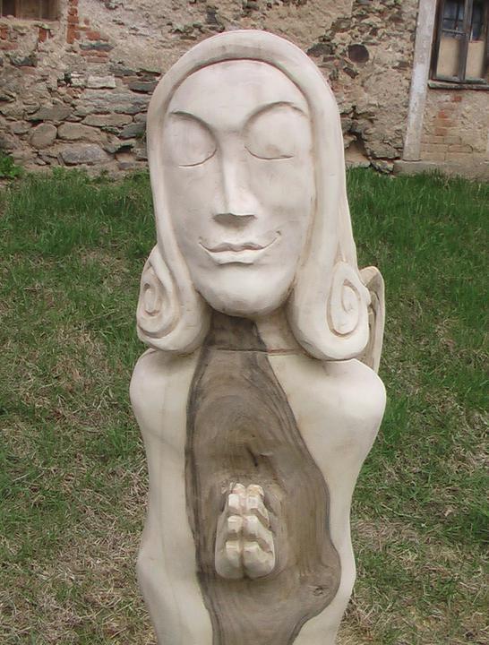 Pokračování našeho stavebního úsilí :)) - nechala jsem manželovi vytesat na zahradu 1,5 metru vysokou sochu anděla..