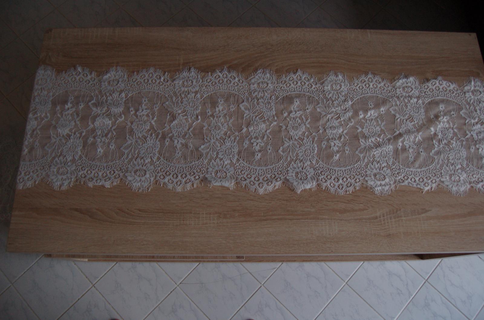 Krajkový běhoun (PRODÁNO) - Obrázek č. 1