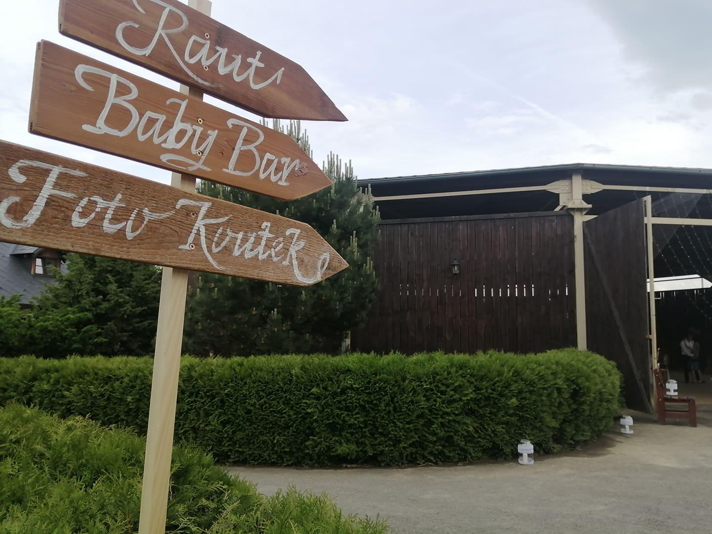 Ukazatel na tyčce s šipkami: Raut, Baby bar, fotokoutek - Obrázek č. 1