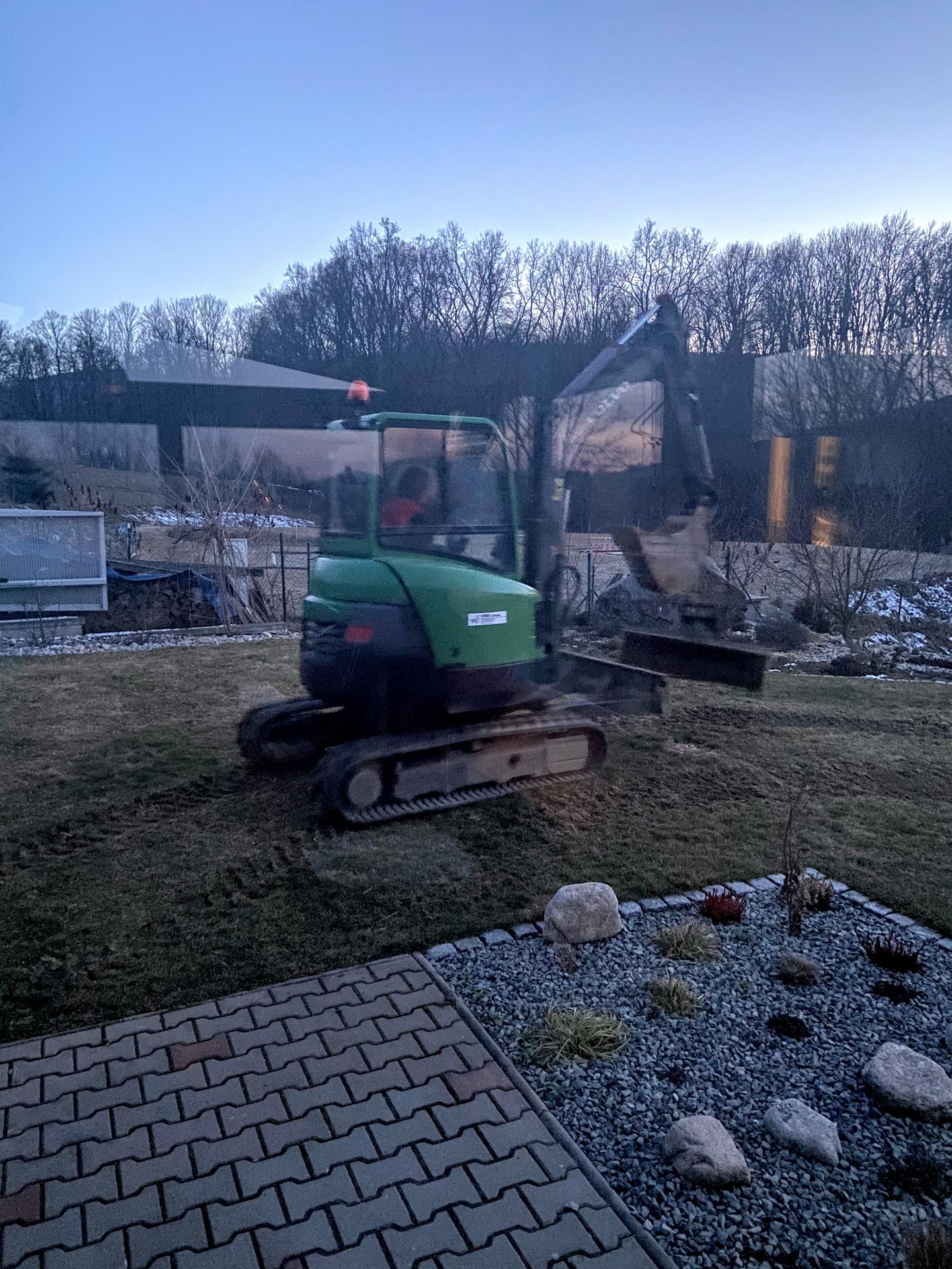 zahradní zděný domek - synátor se už naučil na bagříku