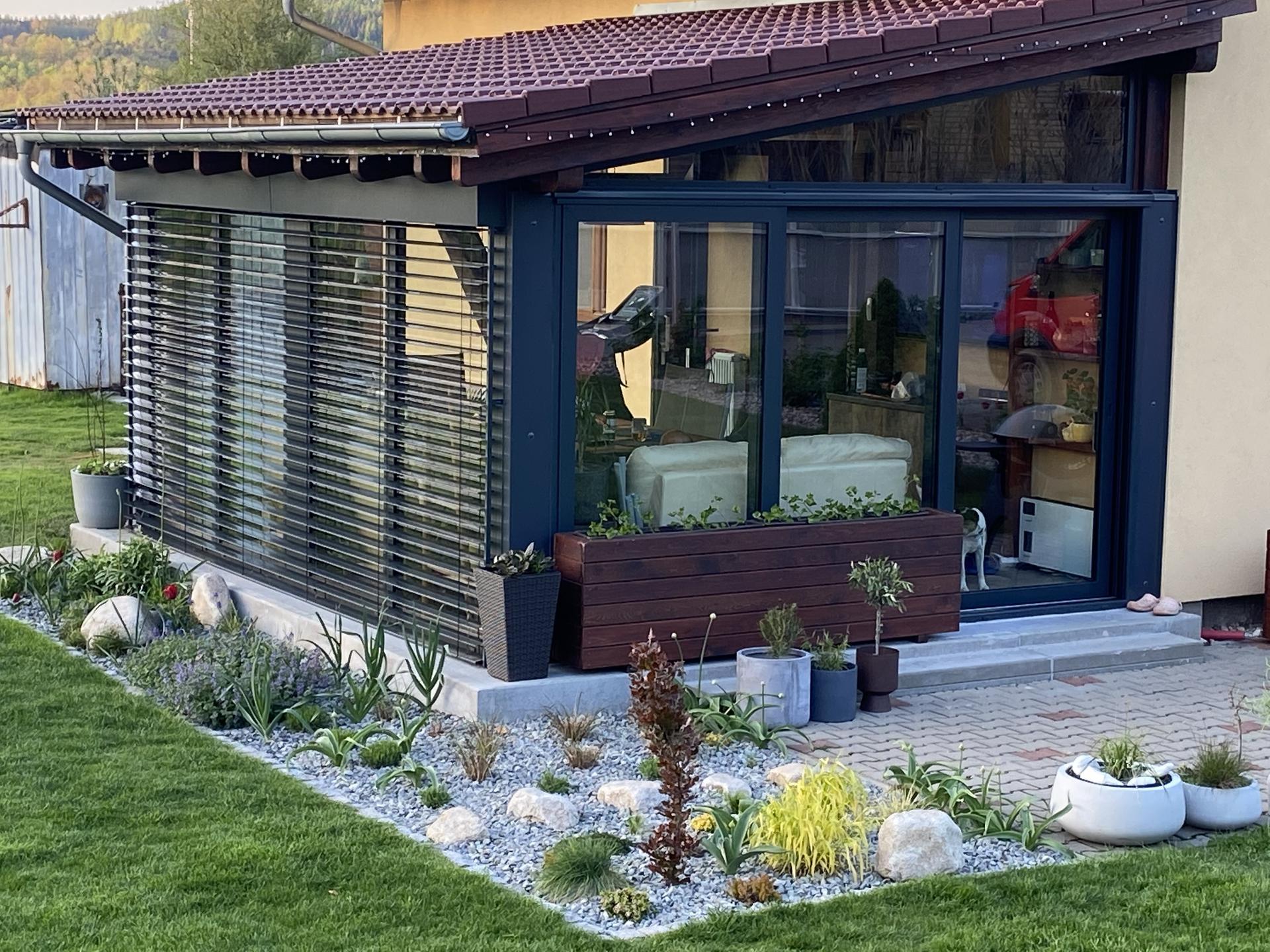 Pergola + zimní zahrada + zahrada - naše zasklená pergola a záhon