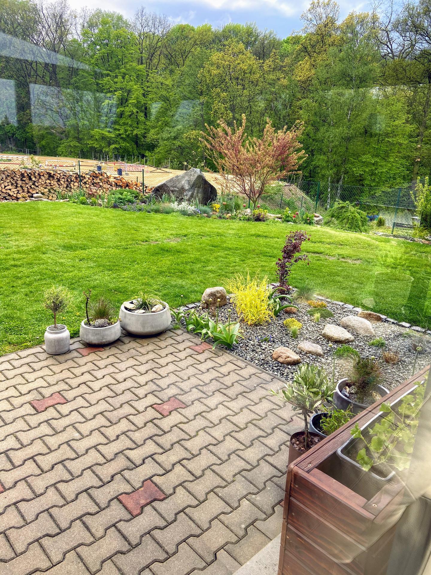 Pergola + zimní zahrada + zahrada - foceno z pergoly