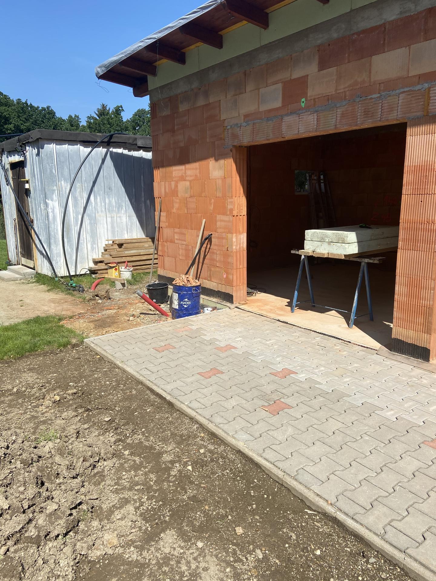 zahradní zděný domek - stará stavební buňka bude muset ještě zůstat, než se doladí vnitřek, objednají se okna, vrata, dveře a střecha.... Takže musím ještě počkat než tato strana bude dokončená.