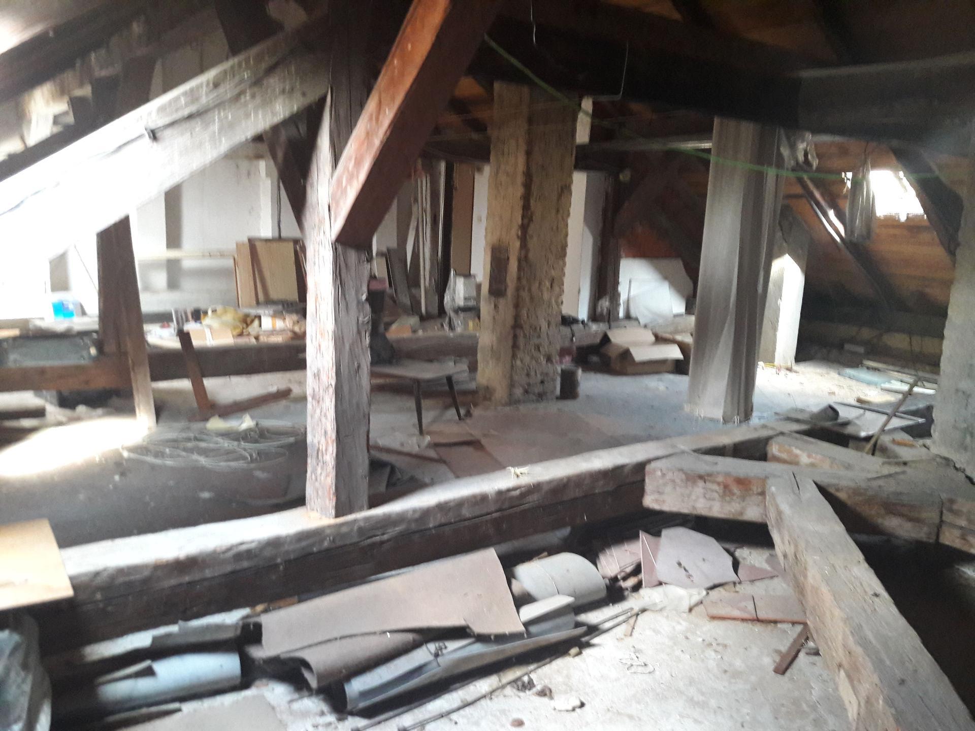 Prestavba podkrovia zo sedlovo valbovej na sedlovú strechu.