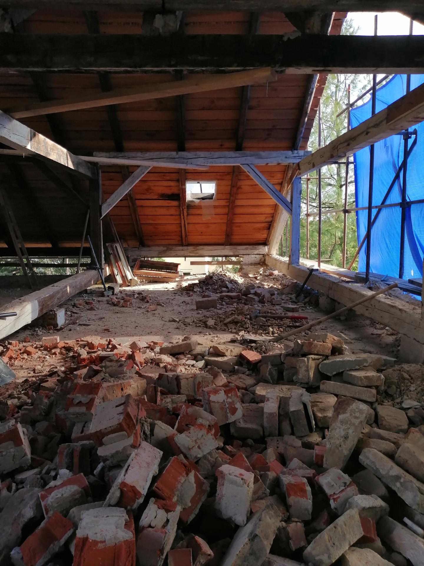Prestavba podkrovia zo sedlovo valbovej na sedlovú strechu. - Obrázok č. 46