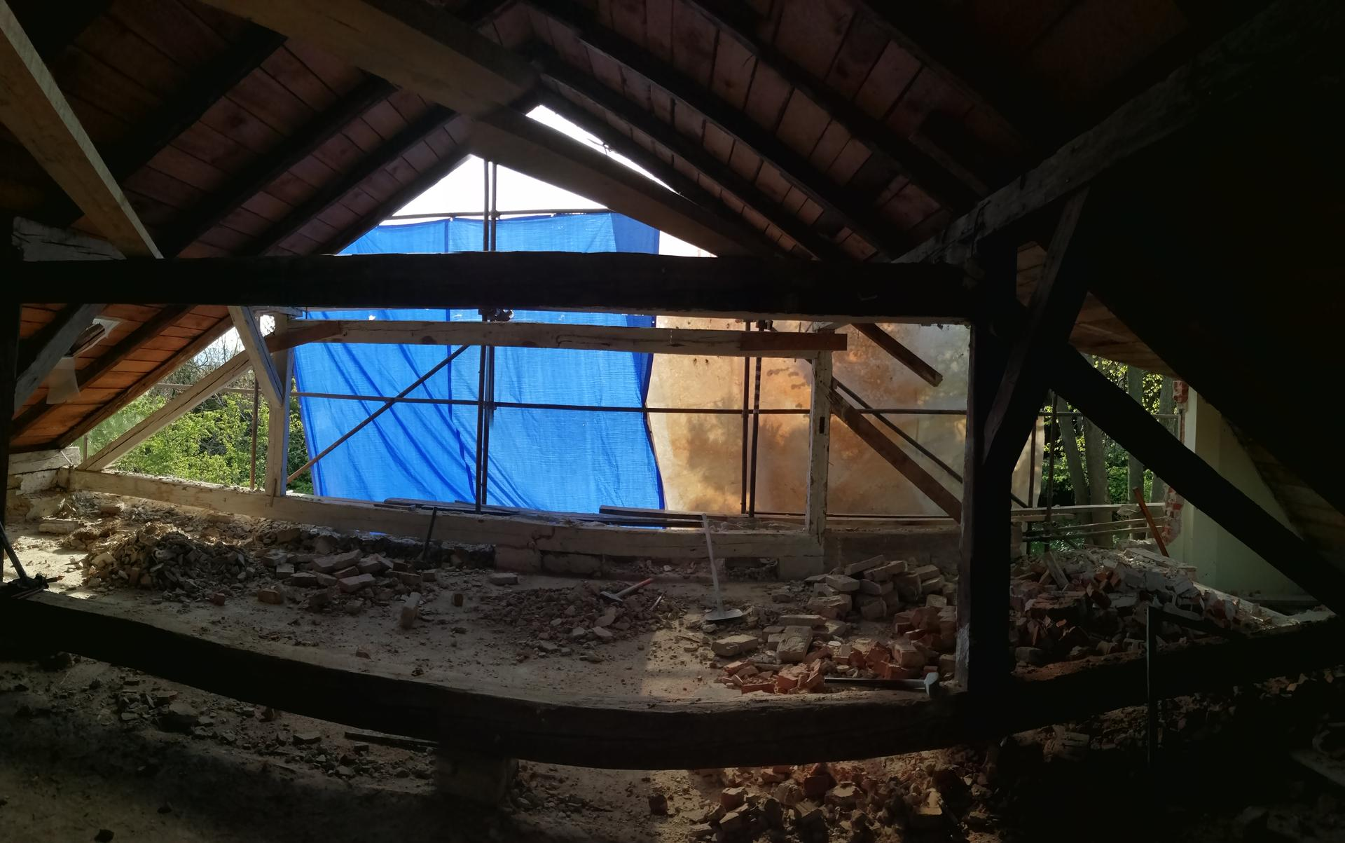 Prestavba podkrovia zo sedlovo valbovej na sedlovú strechu. - Obrázok č. 50