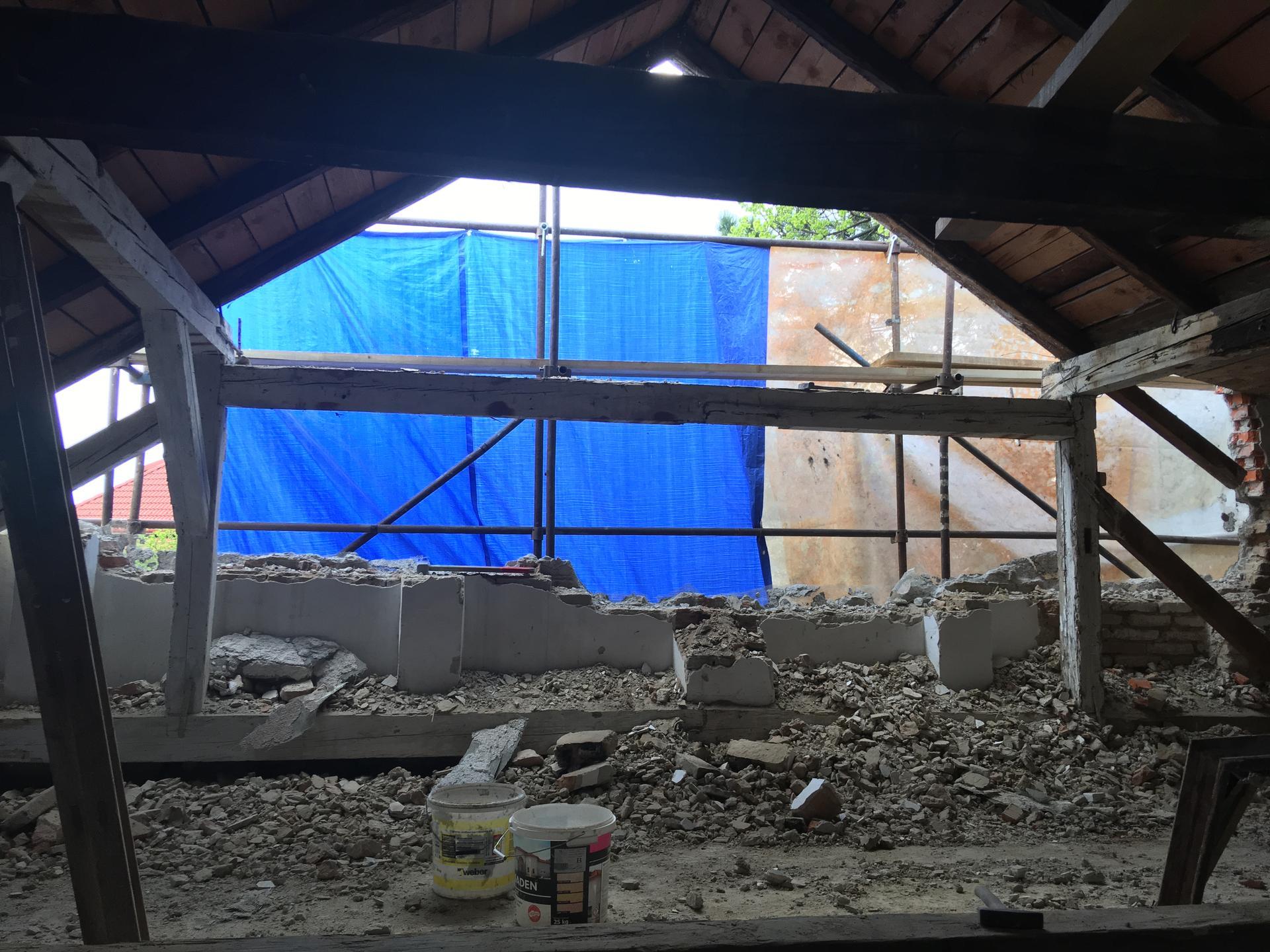 Prestavba podkrovia zo sedlovo valbovej na sedlovú strechu. - Obrázok č. 54