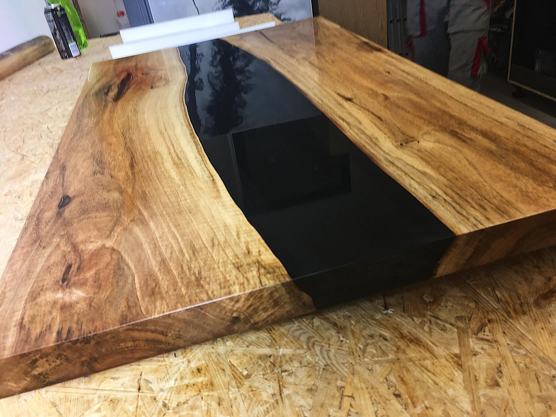 Konferenční stůl z ořechového dřeva a černé epoxidové pryskyřice. Broušený, leštěný, olejovaný, voskovaný. Certifikováno pro styk s potravinami.   ZDE: https://youtu.be/DOi0TPk1Cl8 se můžete podívat na timelapse z olejování. - Obrázek č. 1