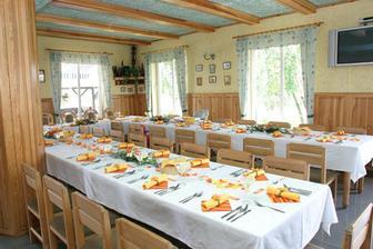 Interiér a výzdoba restaurace, stolu.